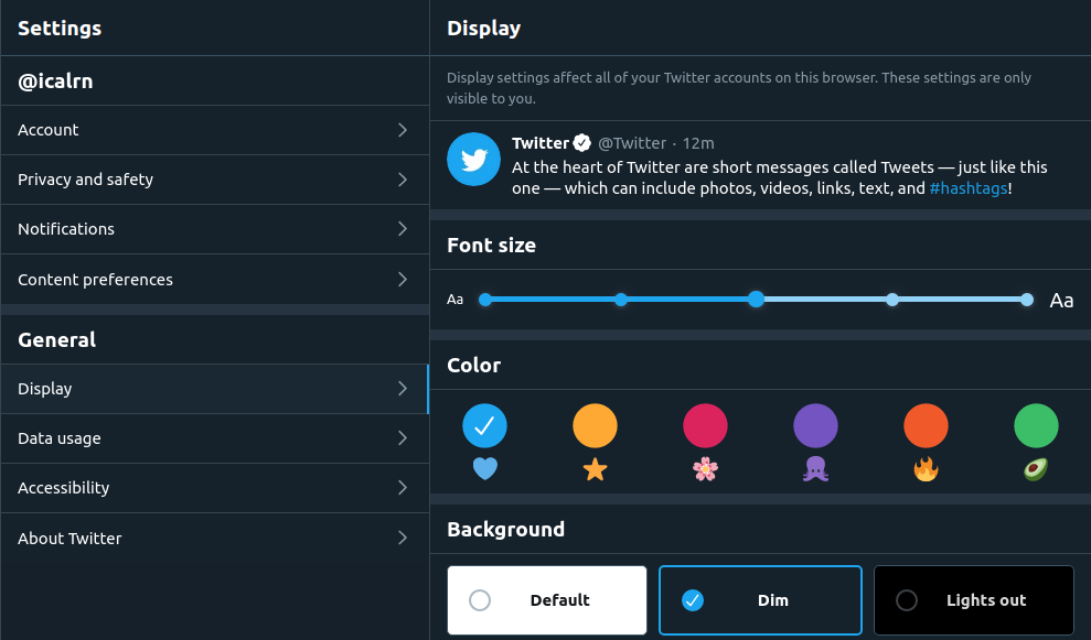 Pengaturan tampilan pada Twitter yang menyajikan tiga pilihan latar belakang, dua di antaranya gelap